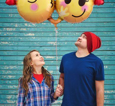 giovane coppia guardano due palloncini