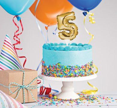torta compleanno azzurra con palloncini