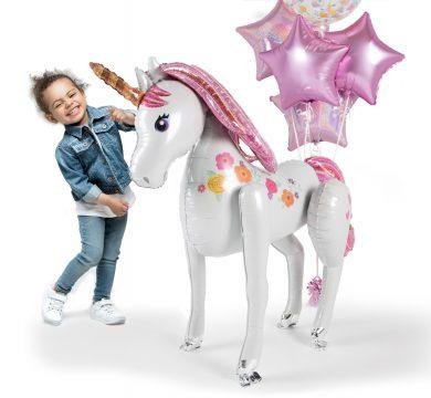 bambina con unicorno gonfiabile
