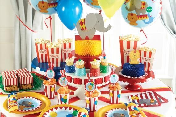 tavola con articoli per festa tema circo