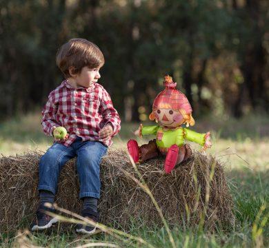 Bambino con palloncino in foil bambola