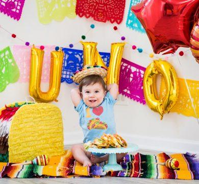 bambino con festoni e palloncini primo compleanno