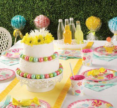 tavolo con articoli feste di compleanno